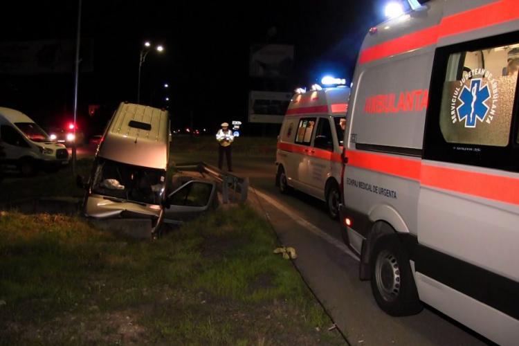 Accident în toiul nopții, pe un drum din Cluj! Un microbuz din Republica Moldova a intrat într-un cap de pod