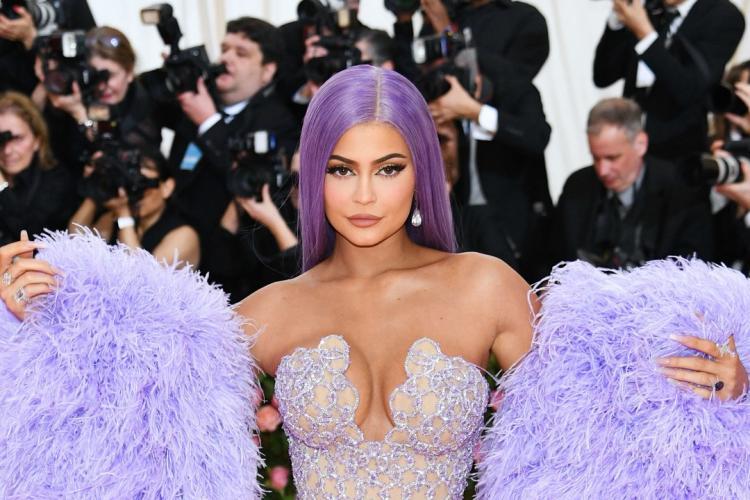 Suma INCREDIBILĂ pe care o primește Kylie Jenner pentru o postare pe Instagram. Rămâne cea mai bine plătită vedetă din lume