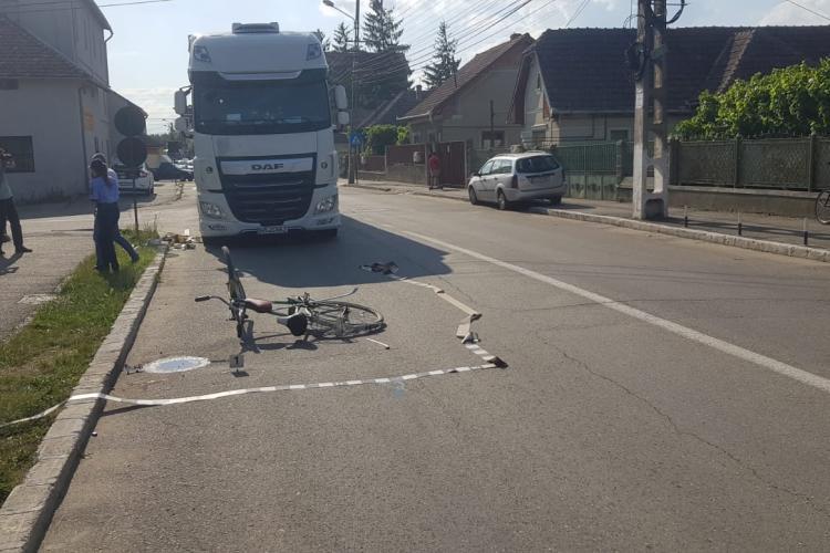 Neatenția în trafic poate costa! Un biciclist clujean a ajuns la spital după ce a fost lovit de TIR FOTO