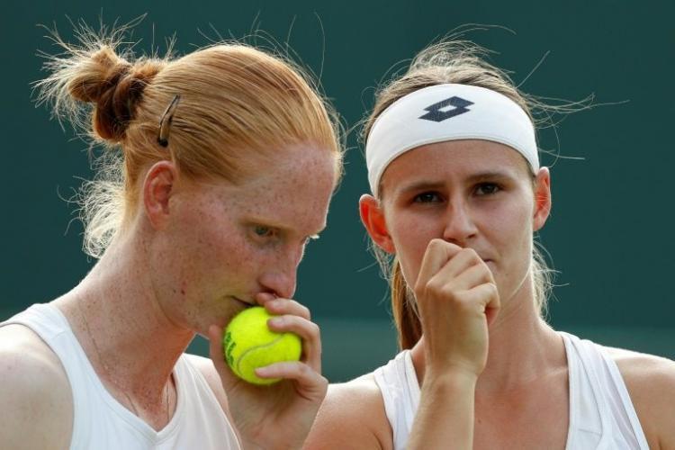 Momentul în care două jucătoare de tenis se sărută pe teren, la finalul partidei FOTO
