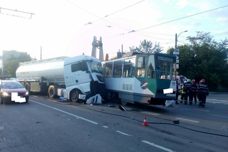Tramvai deraiat pe Bulevardul Muncii! L-a lovit o cisternă - FOTO