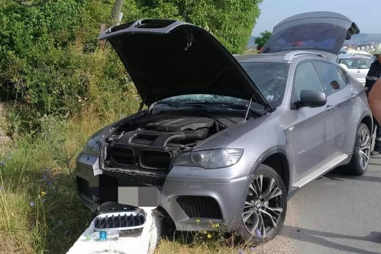 Un BMW a intrat într-un cap de pod la ieșire de pe Borhanci spre satul Gheorgheni