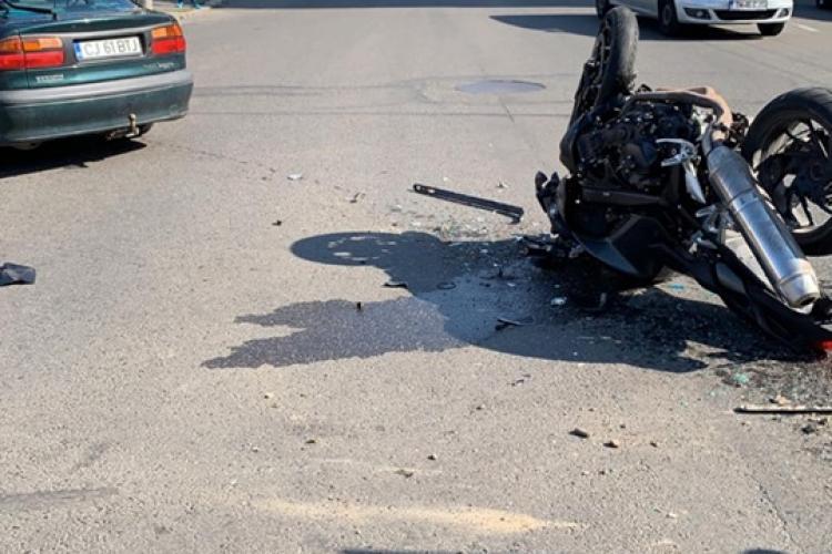 Accident grav în Mărăști, la intrat în Kaufland. Un motociclist s-a izbit violent de un autoturism - FOTO