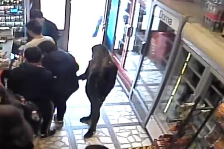 Hoațele minore care terorizează Clujul surprinse de camere în timp ce fură un telefon din ghiozdan. Cum acționează VIDEO