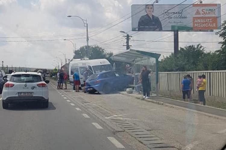 Accident în Sânnicoara! Aproape au demolat o stație de autobuz - FOTO