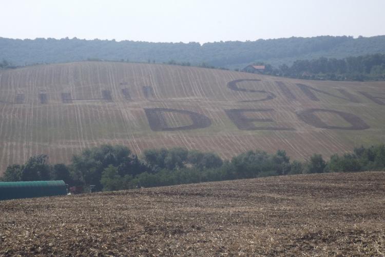"""După """"M..E PSD!"""" și """"Vă vedem!"""", de la Cluj vine mesajul scris pe camp """"NIHIL SINE DEO"""" - FOTO"""