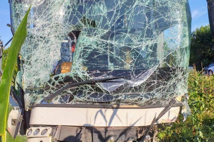 Accident grav între Cluj și Bihor: Un autoturism s-a ciocnit cu un autocar - FOTO