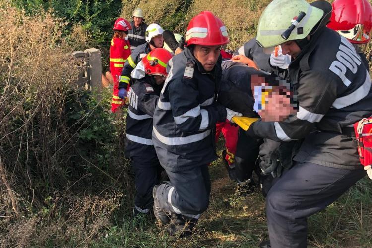 """O mașina a """"zburat"""" în curtea școlii din Căianu Vamă. Localnicii au intervenit - FOTO"""