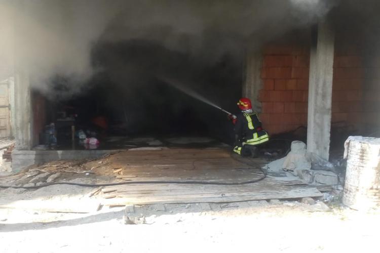 Un palat al romilor din Huedin a luat foc. Au ars bunuri si masini -VIDEO