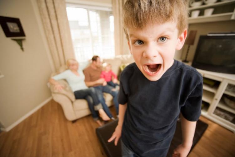 """Psihiatru: Stilul parental permisiv creează tineri dezamăgiți de viață, """"păpuși de porțelan"""""""