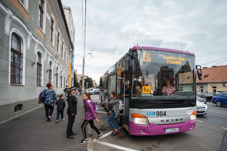 Elevii clujeni merg de astăzi la școală cu autobuzele dedicate FOTO
