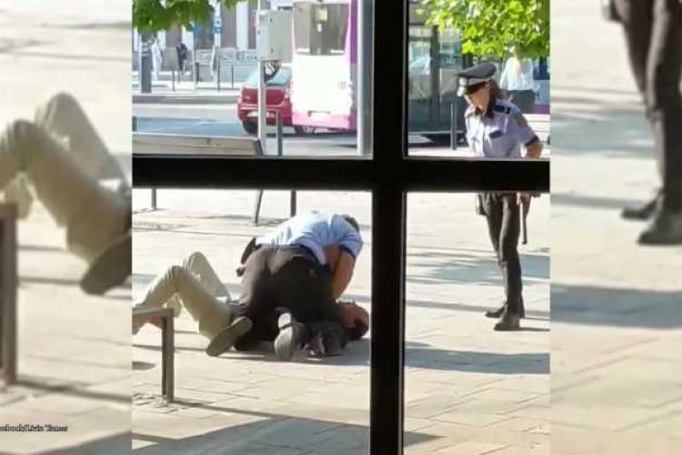 Cluj-Napoca: Doi polițiști locali s-au chinuit să pună cătușele unui bărbat - VIDEO
