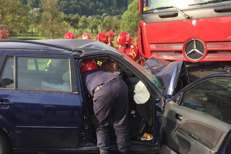 Accident grav la Bucea, spre Oradea. A intrat sub un TIR, după ce ar fi adormit - FOTO / Șoferul a murit