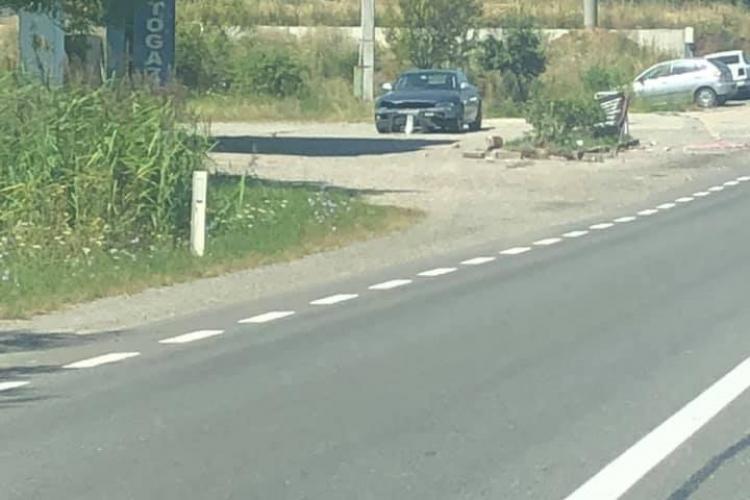 Mașină cu volan pe dreapta, la un pas de face ravagii la intrare în Huedin - FOTO