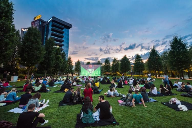 Serile de vară cu cinema în aer liber continuă la Iulius Parc