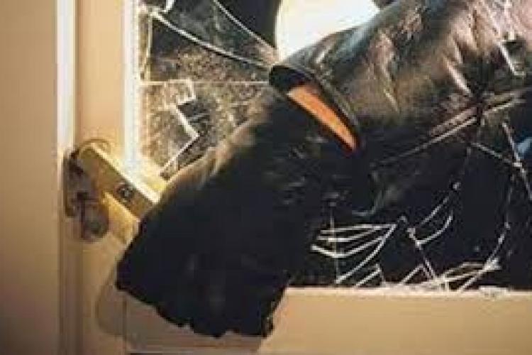 Hoț reținut de polițiștii clujeni după ce a dat o spargere la o biserică. Furase donații de peste 2.000 de lei