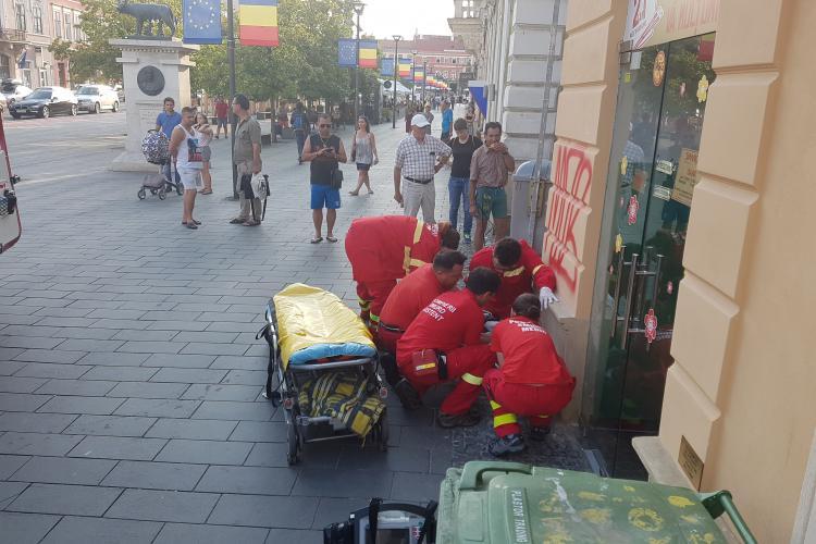 La Cluj- Napoca, a zacut 30 de minute pe Bdul Eroilor asteptand ambulanta - VIDEO / UPDATE: Bărbatul era numai băut