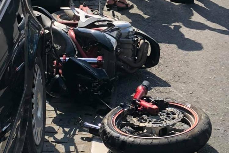 Accident pe Eroilor! Un motociclist a intrat într-o masina care iesea din parcare - FOTO