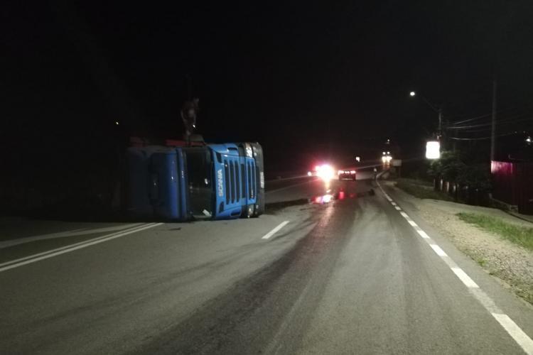 Un șofer s-a răsturnat cu TIR-ul pe un drum din Cluj. A adormit la volan FOTO
