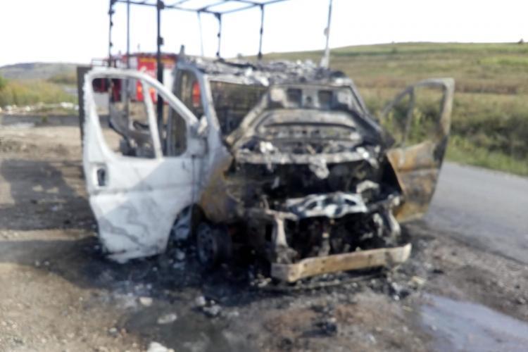 O camionetă a ars la Aghireșu Fabrici - FOTO