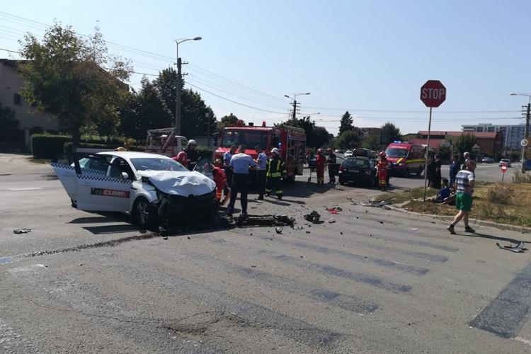 Accident grav între un taxi și un autoturism, pe strada Bobâlnei. Șapte persoane au fost rănite FOTO / VIDEO