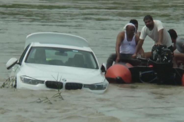 Și-a aruncat BMW-ul în râu, de supărare că nu a primit un Jaguar VIDEO