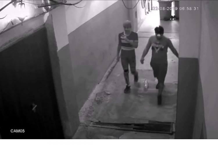 Hoți surprinși de camere în timp ce dau o spargere într-un local din centrul Clujului VIDEO