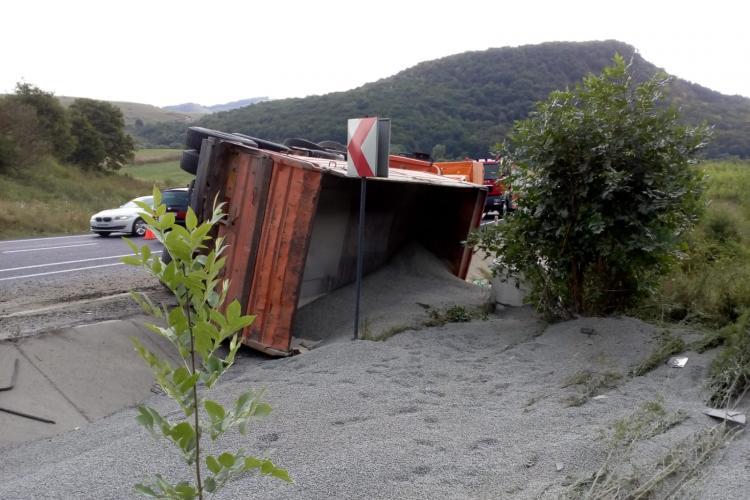 Camion cu nisip, răsturnat pe DN1 E60, la Dumbrava