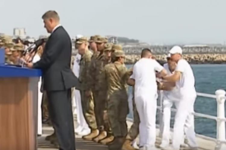 Militar american a leșinat la Ziua Marinei lângă Klaus Iohannis. Acesta nici nu a clipit. Ce trebuia să facă? - VIDEO