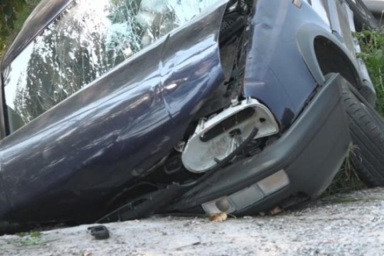 Neatenția costă! Un șofer a ajuns la spital după ce a intrat cu mașina în șanț