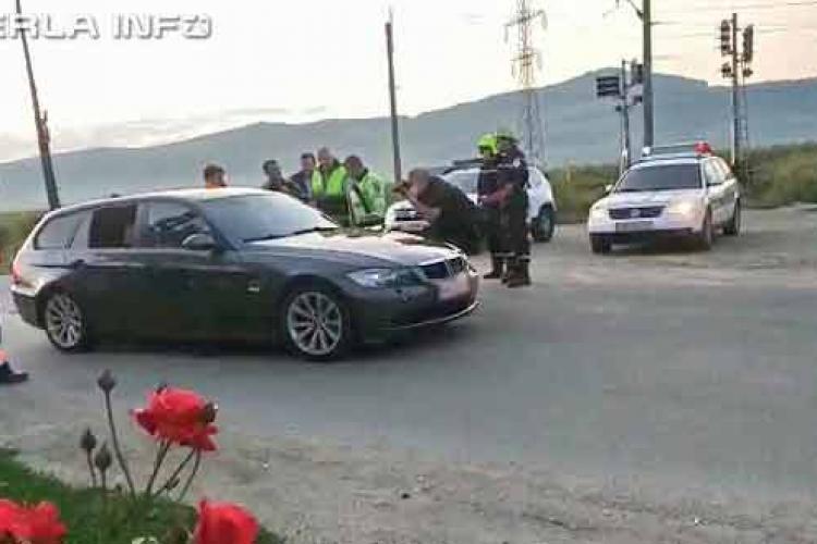 Mașină parcată SUSPECT pe mijlocul drumului la Gherla. Înăuntru, toți erau inconștienți - VIDEO