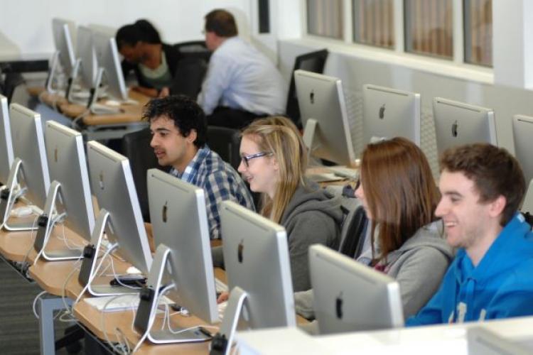 """Oradea vrea să """"ia fața"""" Clujului în domeniul IT? Studenții IT-iști au parte de cazare și masă gratuite"""