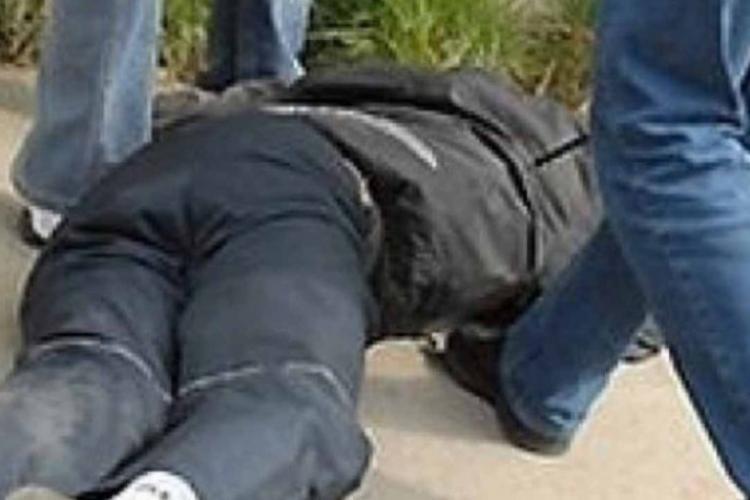 Adolescent tâlhărit de un  grup de minori în plină zi la Cluj! L-au luat la bătaie și i-au furat portmoneul