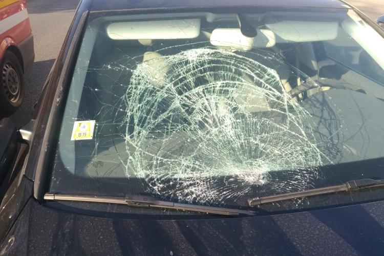 Adolescentă lovită de mașină pe strada Frunzișului. A încercat să salveze o pisică FOTO
