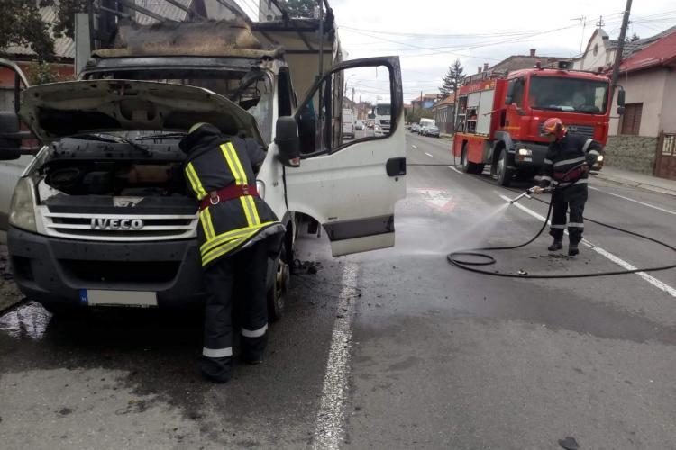 O camionetă a luat foc la Huedin - FOTO