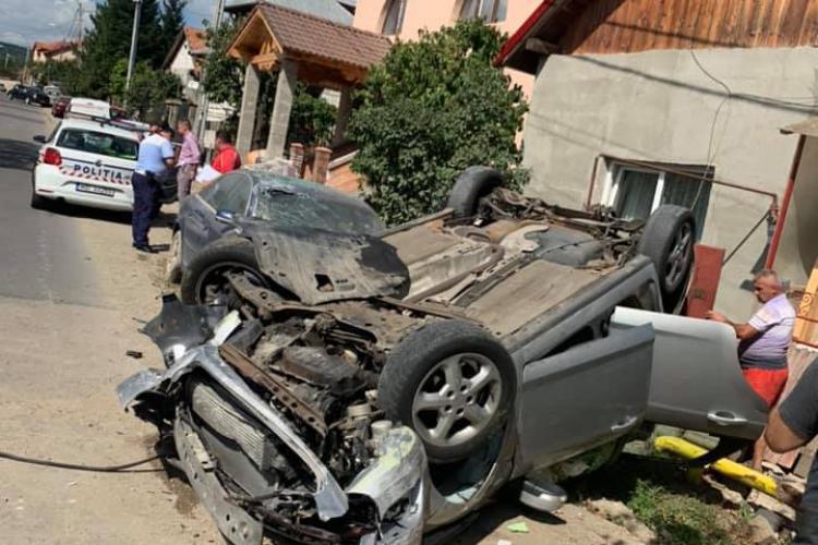 Un șofer beat la volan și-a făcut PRAF mașină la Cluj! S-a răsturnat în fața unei case FOTO