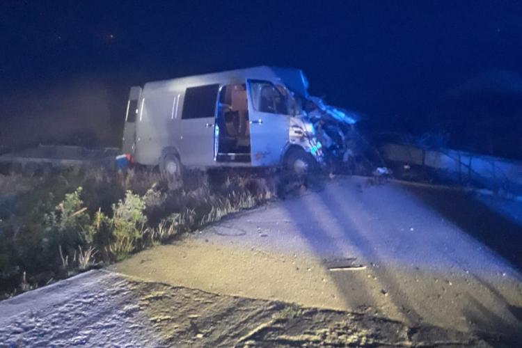 Accident mortal pe DN1C la Cluj. Șoferul unui microbuz a murit pe loc. Îi pun să conducă până la epuizare - FOTO