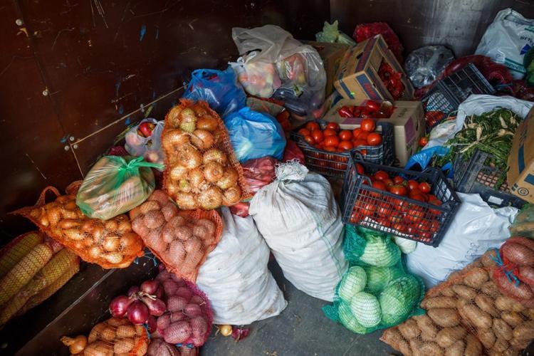 Producătorii locali au donat peste o tonă de alimente pentru copiii și persoanele aflate în centrele de îngrijire din Cluj-Napoca
