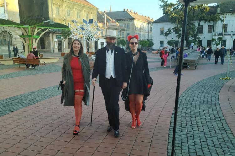 Două femei în lesă plimbate de un bărbat prin centrul Timișoarei - VIDEO