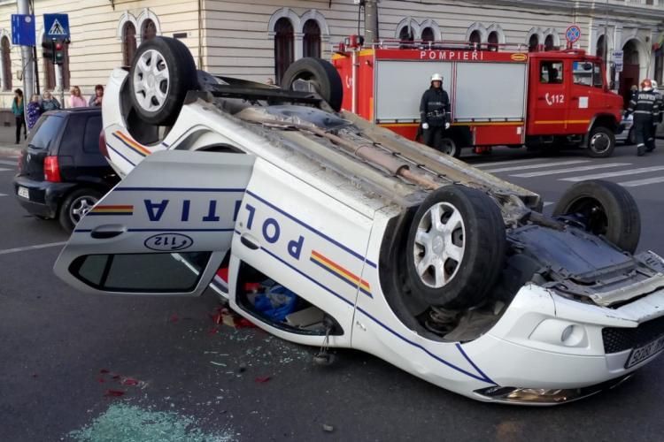 Mașină de Poliție răsturnată la Cluj-Napoca, lângă Teatrul Național - FOTO