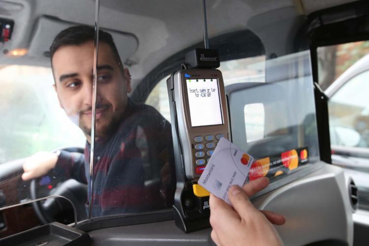 Taximetrele clujene vor avea plată cu cardul. Taximetriștii nu-s cei mai fericiți: Clienții să achite taxele bancare - VIDEO