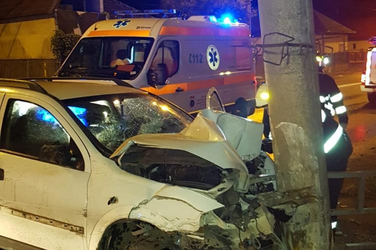 Accident pe Traian Vuia. Un șofer beat s-a lovit de un stâlp, pe care aproape l-a rupt - FOTO
