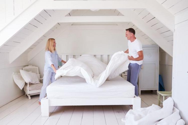 Cat de des se spală lenjeria de pat, pilota si pernele