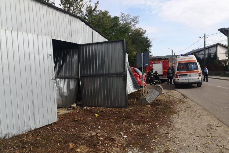 CLUJ: Un șofer a făcut prăpăd pe drum. A lovit trei mașini, a distrus un garaj și a ajuns la spital FOTO