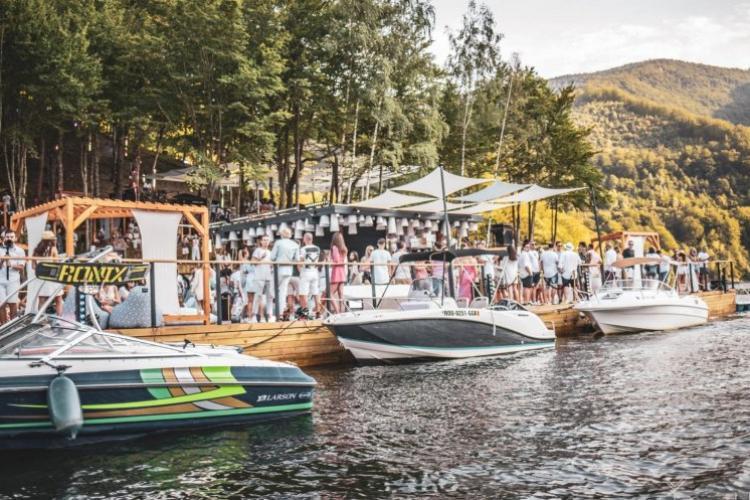 Navigația INTERZISĂ pe lacul Tarnița. Milionarii clujeni vor trebui să dea la vârslă. Prefectul Clujului i-a pus la respect