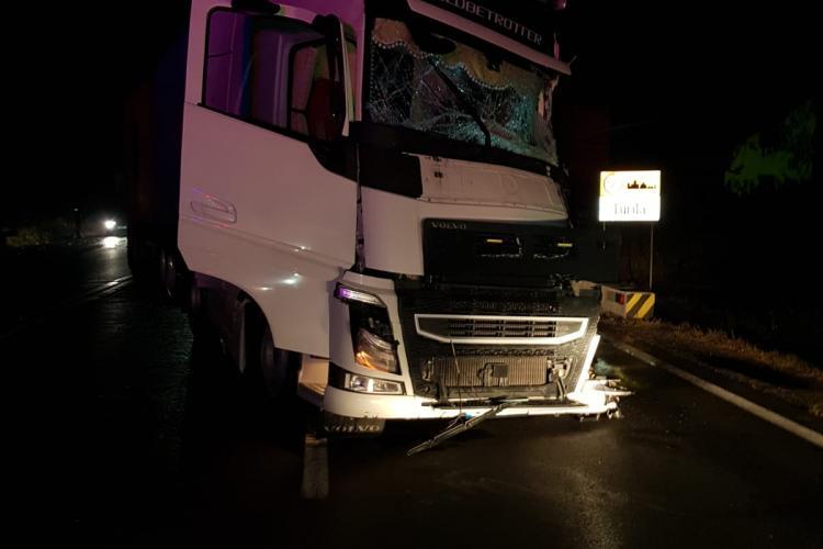 CLUJ: Accident între un TIR și un autobuz. O persoană a rămas încarcerată FOTO