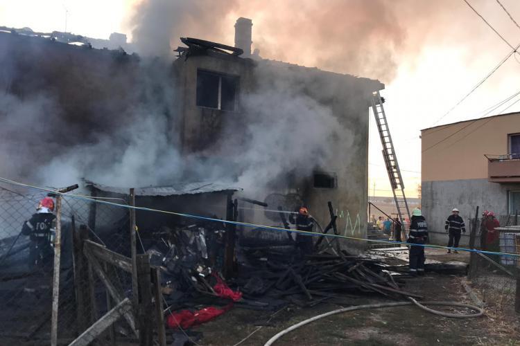 Incendiu la un bloc din Cluj. Au luat foc prima dată magaziile cu lemne - VIDEO