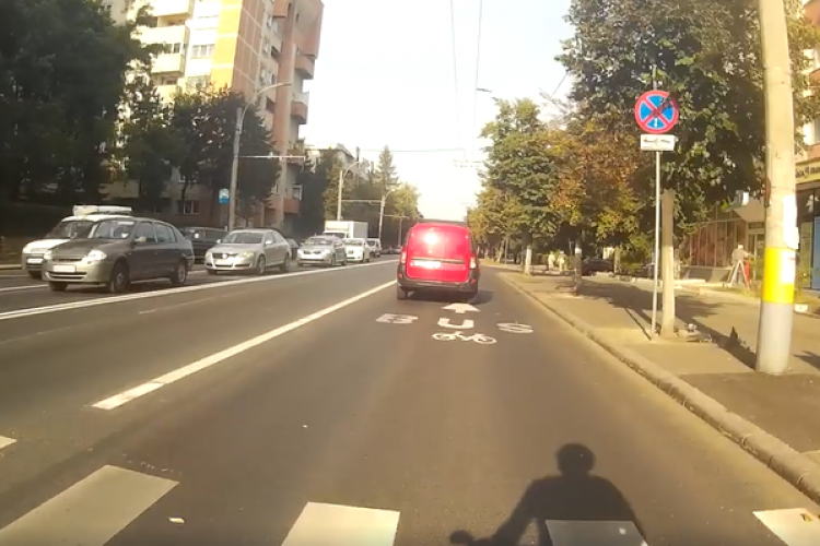 Șoferii circula pe benzile dedicate, de unde au fost luați stâlpișorii. Politia ii vede. Ce risca?