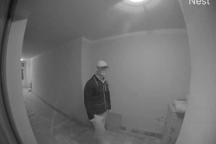 Bărbat suspect, filmat când verifica ușile unor apartamente din Grigorescu - VIDEO
