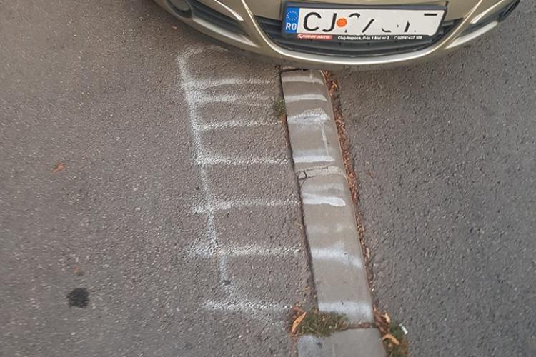Clujenii de pe strada Brâncuși își trasează singuri locuri de parcare